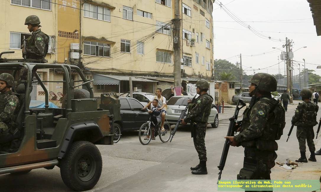 Blindado do Exército Brasileiro é atacado em favela do Rio